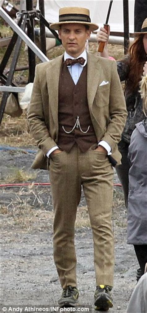 fashion for 20 year old men the great gatsby tobey maguire wears nike trainers on baz