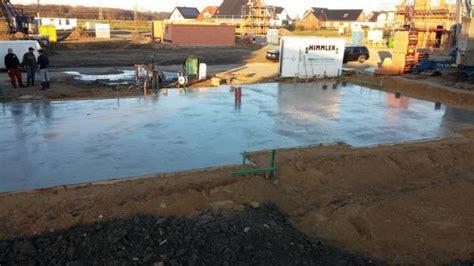 Wie Lange Muss Bodenplatte Trocknen by Bodenplatte Betonieren Bewehrung Verlegen Und Beton Gie 223 En