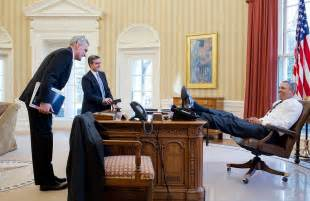 Boeing Help Desk Does Seeing President Obama S Foot On The Oval Office Desk