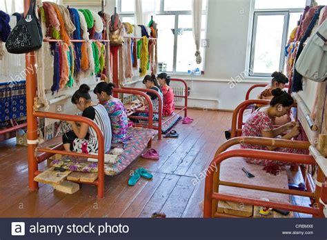 fabbrica tappeti uzbekistan samarcanda fabbrica di tappeti foto