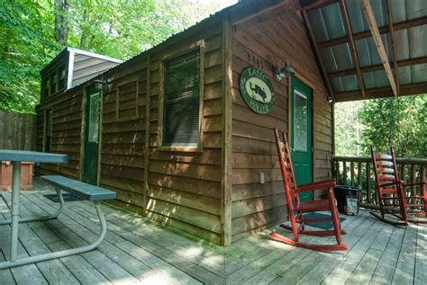 one bedroom cabin with tub and creekside deck near