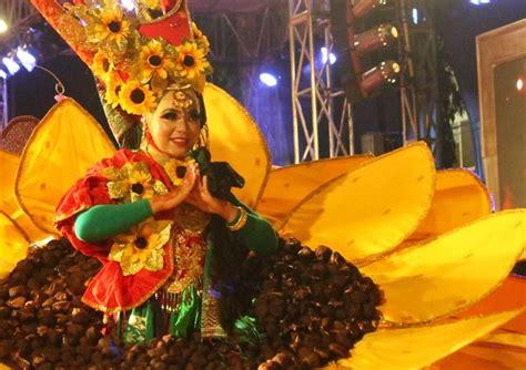 Kostum Bunga Matahari buat kamu yang nggak datang saat semarang carnival 2017