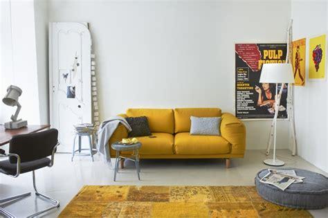 inrichting met okergeel kleurrijke sofa s voor elke woonkamer hebbes zimmo