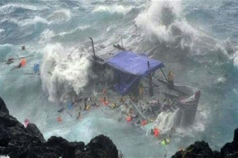 refugee boat crash the timber asylum seeker boat smashes against the rocks