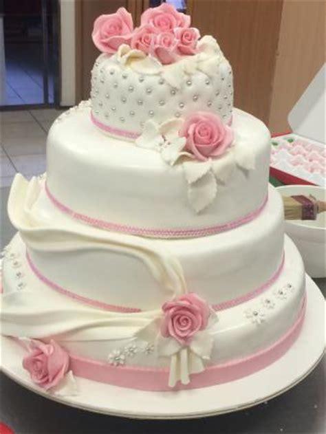 interno torta pasta di zucchero torta da matrimonio in pasta da zucchero e pan di spagna