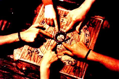 tavola seduta spiritica la tavola ouija semplice gioco o strumento esoterico