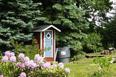 garten toilette komposttoilette mit h 228 uschen f 252 r garten wander und