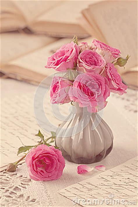 fiori e lettere fiori lettere e libri rosa fotografie stock immagine
