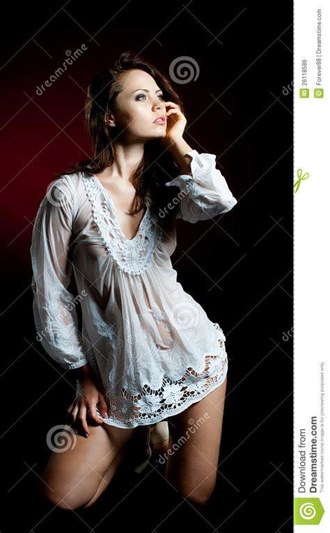 donna bagnata giovane donna in camicia bagnata immagine stock