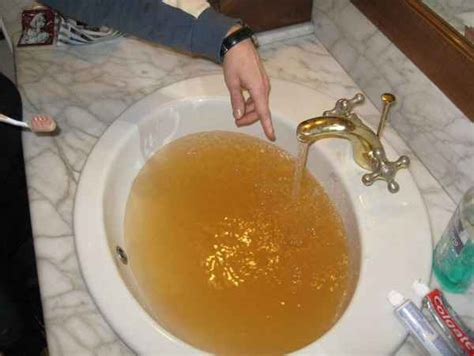 acqua marrone dal rubinetto acqua inquinata a castelverrino il sindaco chiude i