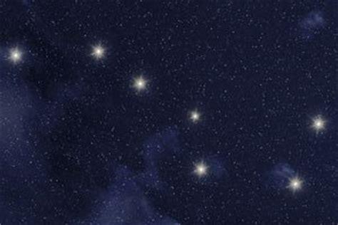 strahlender sternenhimmel leuchtende sternbilder