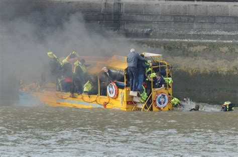 River Thames Duck Boat | 30 people rescued from river thames after duck tours boat
