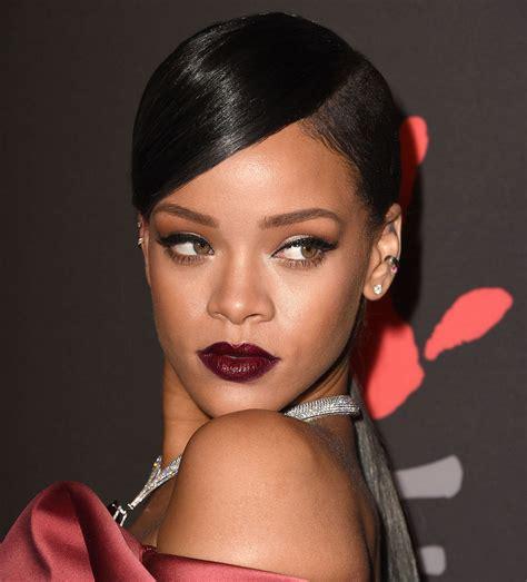 Lipstik Aulia tips mengaplikasikan makeup dengan lipstik warna gelap