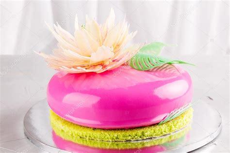 Torta di mousse rosa brillante con glassa a specchio