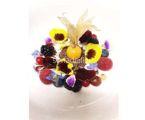 fiori in inglese frutti di bosco e fiori commestibili adagiati su crema
