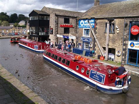 boat cruise yorkshire skipton narrow boat tourists leeds liverpool canal pennine