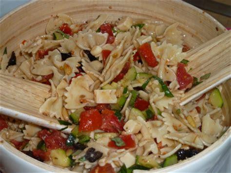 papotages en cuisine salade festive de p 226 tes froides courgettes tomates