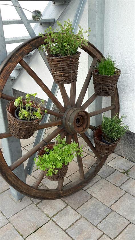 Gartendeko Wagenrad by Wagenrad Als Kr 228 Utergarten Garten Wagenrad