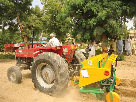 farmer tests the multi functional implement on a farm in kenya programa de innovaci 243 n agr 237 cola en paquist 225 n 187 cimmyt