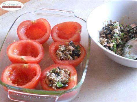 cucinare pomodori pomodori al forno ripieni di pane nero olive capperi e