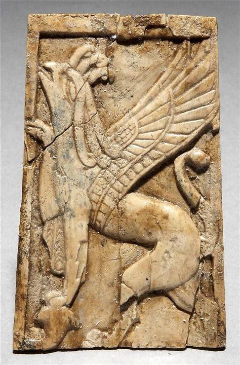 grifo que representa relieve fenicio de marfil procede del palacio asirio de