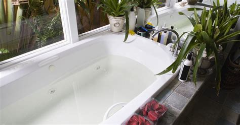 how to clean acrylic bathtub stains removing stains from an acrylic bathtub ehow uk