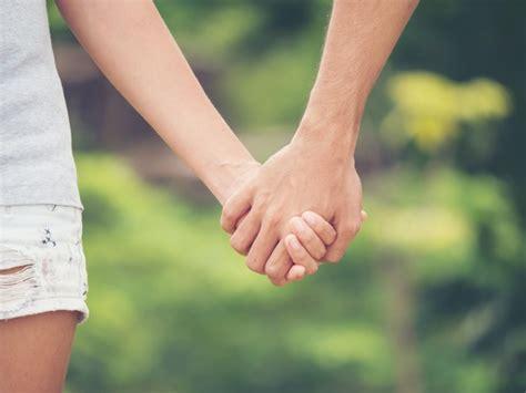 imagen de la pareja de manos juntas descargar fotos premium