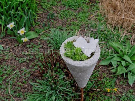 blumenkübel aus beton deko f 252 r den garten aus beton archive basteln und dekorieren