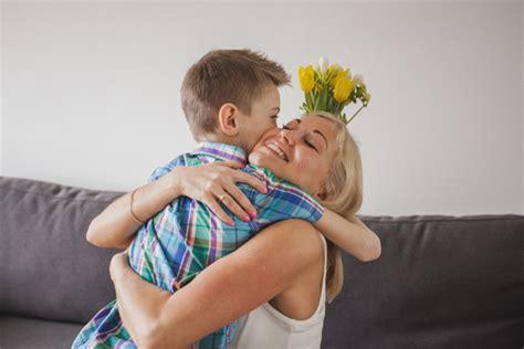 madre abrazando a su hijo actitudes t 243 xicas de padres que arruinan a los ni 241 os
