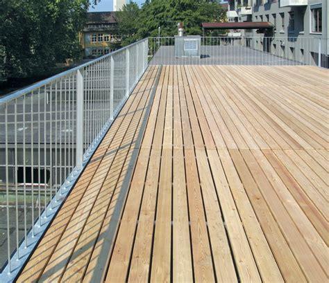 handlauf terrasse dachterrasse mit gelaender und holzrost 02 balkon