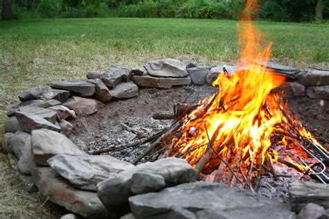ein feuer im garten feuerstelle im garten 187 so sorgen sie sicher f 252 r ein