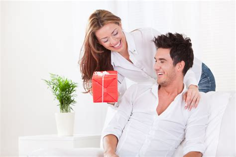 couple date gifts dating dilemma how soon is soon for gifts