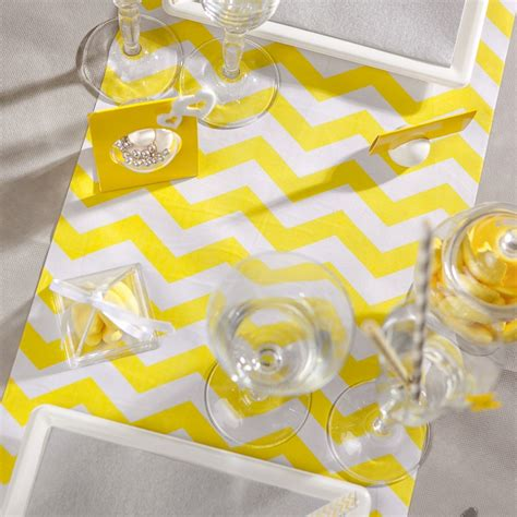 chemin de table tissu chemin de table chevron en tissu jaune maplusbelledeco
