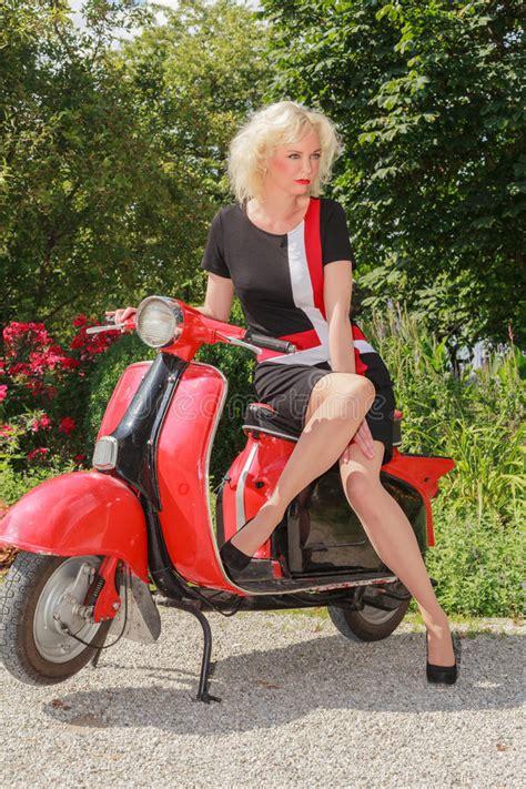 Modèle Déposé donna che posa in vestito alla moda da estate su un