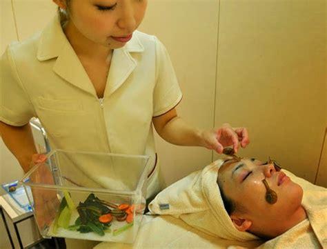 Wanita Jepang Menyusui Hewan Facial Terbaru Di Jepang Menggunakan Hewan Siput Bekicot