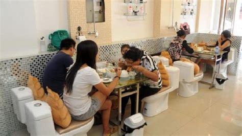 indonesia heboh cafe jamban makan  toilet jongkok