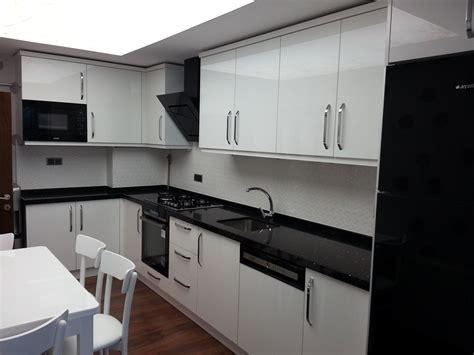 pin beyaz modern mutfak tezgah tasarimi on pinterest mutfak dolabi acrylic beyaz mutfak dolabı pinterest