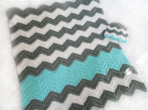 chevron baby blanket free crochet pattern from red heart crochet chevron baby blanket beautiful color inspiration