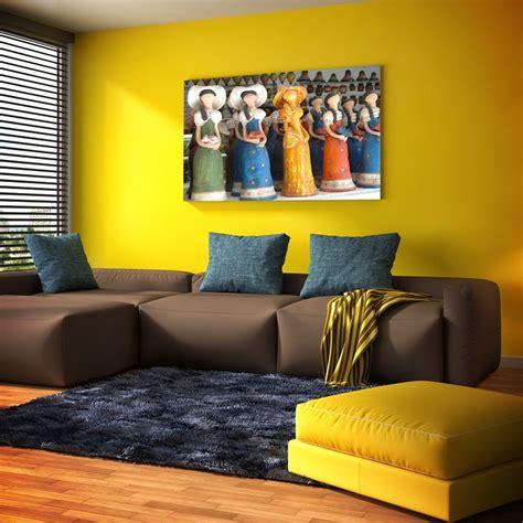 decorar pared amarilla una pared amarilla luce genial si tus muebles son marrones