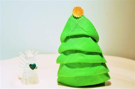serviette tannenbaum falten 40 bildsch 246 ne ideen wie sie servietten weihnachtlich