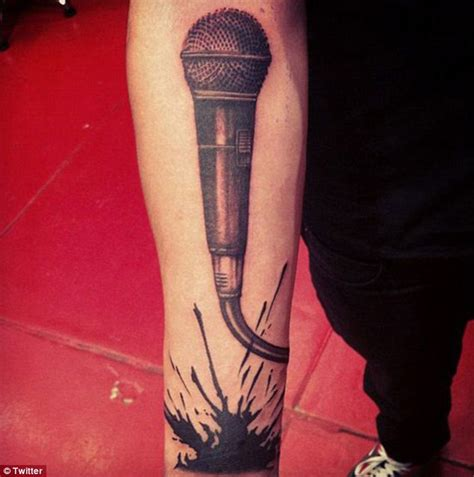 tattoo de microphone one direction s zayn malik shows his musical passion with