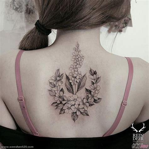 女孩后背上的花纹身图片