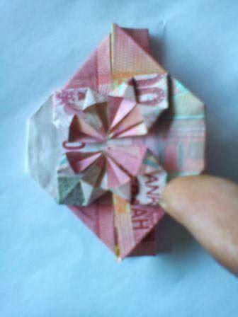 catatannya ninis  melipat uang kertas berbentuk bunga