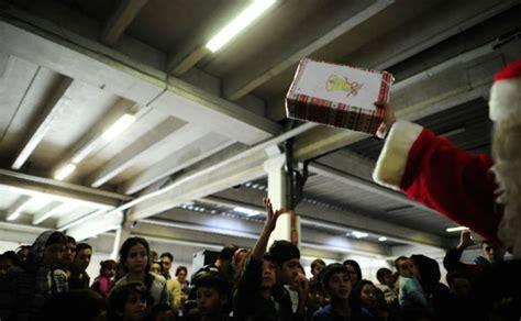 imagenes navideñas niños 12 conmovedoras fotos de santa claus visitando un albergue