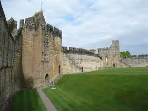 curtain wall on a castle curtain wall alnwick castle 169 humphrey bolton cc by sa 2