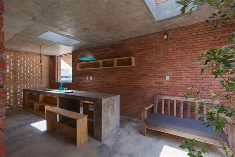patio interior ladrillo casa peque 241 a y econ 243 mica de dos pisos construida de