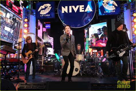 who is performing on new years sized photo of new years performance in times square 07 photo 2783097 just jared