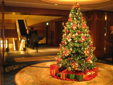 How To Decorate Christmas Tree At Home by How To Decorate A Christmas Tree By Using Lights Garland