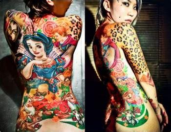tato tengkorak kartun fans disney tatokan dongeng snow white di punggung