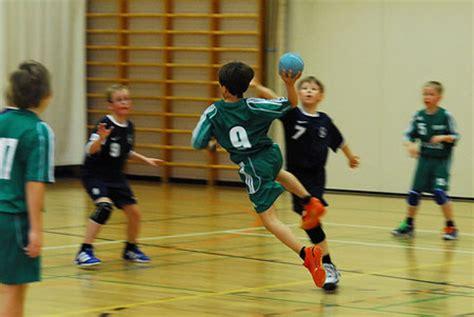 imagenes de niños jugando al handbol balonmano fundamentos basicos